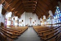 El interior de la iglesia católica, opinión del fisheye. Fotografía de archivo