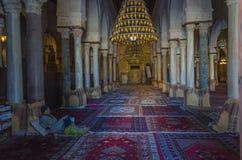 El interior de la mezquita magnífica Kairouan, sitio del patrimonio mundial de la UNESCO imagen de archivo libre de regalías