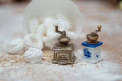 El interior de la Navidad con las pequeños amoladoras y merengue del coffe suena foto de archivo