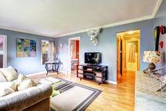 El interior de la sala de estar con los alces dirige en la pared Fotos de archivo
