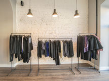 El interior de la tienda de la ropa de moda Fotos de archivo
