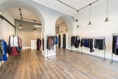 El interior de la tienda de la ropa de moda Imagen de archivo