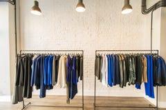 El interior de la tienda de la ropa de moda Fotos de archivo libres de regalías