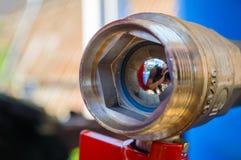 El interior de la válvula del agua con la manija roja vávula de bola usada en sistemas de la fontanería y de calefacción Colocaci Fotografía de archivo libre de regalías