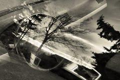 El interior de Opel Astra cuando está visto a través de ventana en el pueblo de Mila en montañas centrales checas ajardina área c Fotos de archivo