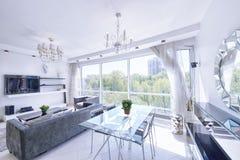 El interior de un apartamento moderno en blanco fotografía de archivo libre de regalías