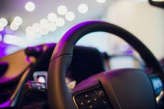 El interior de un coche de deportes de lujo moderno imágenes de archivo libres de regalías