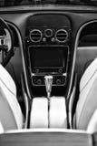 El interior de un descapotable de lujo del mismo tamaño de Bentley New Continental GT V8 del coche Foto de archivo