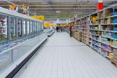 El interior de un hipermercado Auchan fotografía de archivo libre de regalías