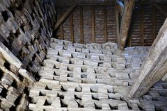 El interior de un palomar muy viejo, mostrando los haces de madera y la estructura de tejado antigua, y los agujeros de la jerarq Imagenes de archivo