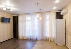 El interior de un pequeño cuarto con la cocina imagen de archivo libre de regalías