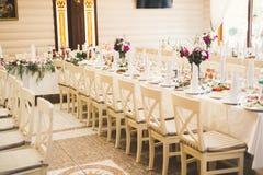 El interior de un restaurante se preparó para la ceremonia de boda Imágenes de archivo libres de regalías