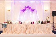 El interior de un restaurante se preparó para la ceremonia de boda Foto de archivo
