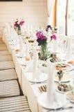 El interior de un restaurante se preparó para la ceremonia de boda Fotografía de archivo