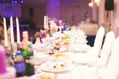 El interior de un restaurante se preparó para la ceremonia de boda Fotos de archivo libres de regalías