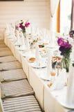 El interior de un restaurante se preparó para la ceremonia de boda Foto de archivo libre de regalías