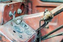 El interior de un tractor abandonado del vintage Foto de archivo