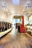 El interior de una tienda del boutique con las mujeres de lujo de moda se viste Imágenes de archivo libres de regalías