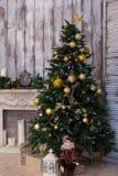 El interior del Año Nuevo con un abeto y una chimenea Fotos de archivo