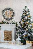 El interior del Año Nuevo con una chimenea, un piel-árbol y las velas Fotografía de archivo libre de regalías