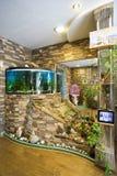 El interior del apartamento con el acuario Fotos de archivo