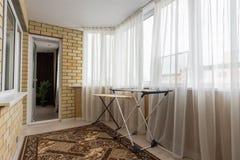El interior del balcón espacioso en la casa imagenes de archivo