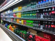 El interior del colmado del supermercado llenó de las mercancías en estantes Foto de archivo