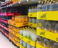 El interior del colmado del supermercado llenó de las mercancías en estantes Fotografía de archivo