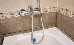 El interior del cuarto de baño se adorna con las tejas hermosas con el paisaje de la naturaleza imagenes de archivo