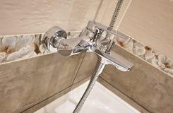 El interior del cuarto de baño se adorna con las tejas hermosas con el paisaje de la naturaleza fotos de archivo