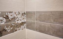 El interior del cuarto de baño se adorna con las tejas hermosas con el paisaje de la naturaleza imagen de archivo