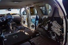 El interior del interior de SUV está desmontado totalmente, los asientos se quita, el suelo y se substituye el interior, foto de archivo libre de regalías