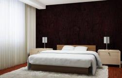 El interior del dormitorio ejecutado en marrón oscuro entona con el mobiliario de madera ligero y la alfombra blanca Fotografía de archivo libre de regalías