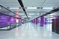 El interior del edificio comercial de la arquitectura moderna llev? el sistema de iluminaci?n foto de archivo