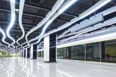 El interior del edificio comercial de la arquitectura moderna llev? el sistema de iluminaci?n imagen de archivo libre de regalías