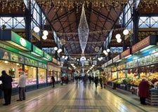 El interior del gran mercado Pasillo en Budapest adornó para la Navidad, Hungría Imágenes de archivo libres de regalías