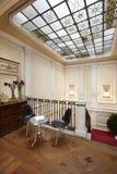 El interior del hogar con el vidrio adornó el tejado. Imagen de archivo libre de regalías