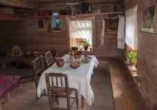 El interior del museo de la arquitectura de madera Vitoslavlitsy Imagen de archivo libre de regalías