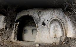 El interior del templo cristiano de la cueva antigua con la imagen de la cruz cortó en la pared, Soganli, Cappadocia, Turquía Foto de archivo