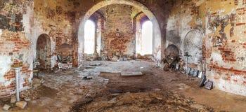El interior destruido y abandonado de la iglesia cristiana Rusia fotos de archivo