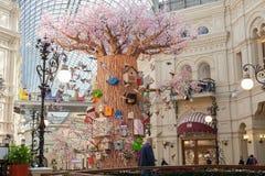 El interior, el árbol artificial adornado, los pájaros y las pajareras adentro Fotografía de archivo libre de regalías