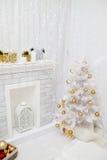 El interior elegante de la Navidad se adorna en los tonos blancos Imagen de archivo