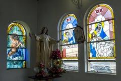 El interior hermoso de la capilla que exhibe los vitrales en la cumbre de Santa Ana Hill en Guayaquil en Ecuador Fotografía de archivo