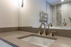 El interior moderno del cuarto de baño se jacta el fregadero del debajo-contador de la impresión del chino Imagen de archivo