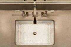 El interior moderno del cuarto de baño se jacta el fregadero del debajo-contador de la impresión del chino Foto de archivo