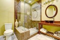 El interior moderno del cuarto de baño con la ducha de cristal de la puerta y el buque se hunden Imagen de archivo