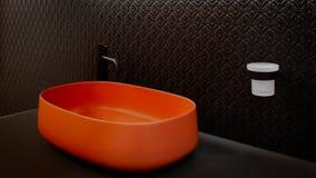 El interior negro del cuarto de baño con el fregadero rojo de la terracota y el techno moderno diseñan el grifo negro Fotos de archivo libres de regalías