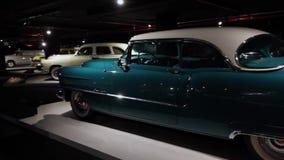 El interior y los objetos expuestos de coches viejos americanos clásicos en Heydar Aliev se centran
