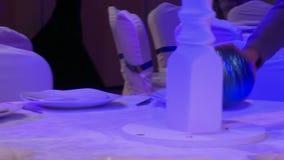 El interiorista adorna la tabla de banquete metrajes