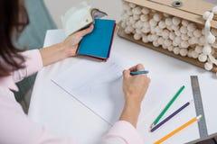 El interiorista dibuja en el escritorio con el lápiz imagenes de archivo